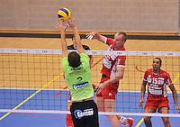 Volley Team Menen - Hotvolleys Wenen : Nemec scoort voorbij de blokkende Jelle Sinnesael (3)<br /> foto VDB / Bart Vandenbroucke