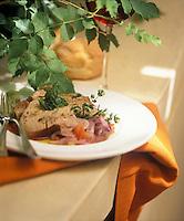 """Europe/Italie/Calabre/Vibo Marina : Thon aux oignons doux de Tropea - Recette du restaurant """"Approdo"""" - Stylisme : Valérie LHOMME"""