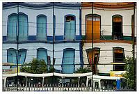 Reflexo de antigos casarões nas paredes de vidro da Estação das Docas<br /> <br /> Belém, Pará, Brasil<br /> Foto Paulo Santos<br /> 11//01/2012