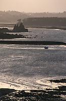 Europe/France/Bretagne/22/Côtes d'Armor/Circuit de la Côte des Ajoncs/Plougrescant: Les rochers du gouffre Castel-Meur à la pointe du chateau