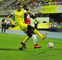 BARRANCABERMEJA- COLOMBIA - 17 - 02 - 2018: Luciano Ospina (Izq.) jugador de Alianza Petrolera, disputa el balón con Almir Soto (Der.) jugador de Independiente Santa Fe, durante partido Alianza Petrolera y el Independiente Santa Fe, de la fecha 4 por la Liga Aguila I 2018 en el estadio Daniel Villa Zapata en la ciudad de Barrancabermeja. / Luciano Ospina R) player of Alianza Petrolera, figths the ball with Almir Soto (L) player of Independiente Santa Fe, during a match between Alianza Petrolera and Independiente Santa Fe, of the 4th date for the Liga Aguila I 2018 at the Daniel Villa Zapata stadium in Barrancabermeja city. Photo: VizzorImage  / Jose D Martinez / Cont.