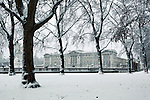 Great Britain, England, London: Buckingham Palace in snow from Green Park | Grossbritannien, England, London: Buckingham Palast und der Green Park im Winter