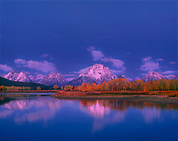 749450001a dawn light on the teton range at the oxbow bend of the snake river on an autumn morning with fall colored aspens in grand tetons national park wyoming