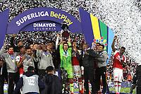 BOGOTÁ- COLOMBIA, 20-10-2021: Jugadores del Independiente Santa Fe levantan el trofeo para celebrar como campeones de la  Superliga BetPlay DIMAYOR 2021 después del partido por la final entre el Independiente Santa Fe y el América de Cali  jugado en el estadio Nemseio Camacho El Campín de la ciudad de Bogotá / Players of Independiente Santa Fe lift the trophy to celebrate as champions of SuperLiga BetPlay DIMAYOR 2021 after a final match between Independiente Santa Fe and America de Cali  played at Nemesio Camacho El Campin  stadium in Bogota. Photo: VizzorImage / Felipe Caicedo / Staff