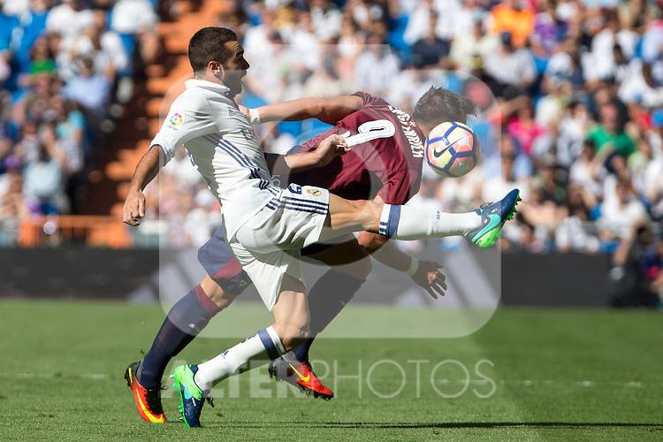 Real Madrid's Daniel Carvajal ad Eibar's Sergi Enrich durign the match of La Liga between Real Madrid and SD Eibar at Santiago Bernabeu Stadium in Madrid. October 02, 2016. (ALTERPHOTOS/Rodrigo Jimenez)