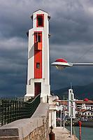 Europe/France/Aquitaine/64/Pyrénées-Atlantiques/Pays-Basque/Saint-Jean-de-Luz: Le port de pêche - Le phare du port, classé monument historique, construit par André Pavlovsky