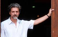 Fabrizio Bentivoglio è un attore, regista e sceneggiatore italiano. Lido, 10 settembre 1998. Photo by Leonardo Cendamo/Getty Images