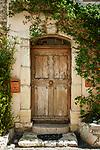 Frankreich, Provence-Alpes-Côte d'Azur, Mougins: alte Haustuer im mittelalterlichen Dorf | France, Provence-Alpes-Côte d'Azur, Mougins: old door in medieval village