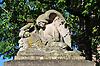 """Kriegerdenkmal mit einem gefallenen Soldaten und einem Engel; Inschrift: """"Die dankbare Heimatgemeinde ihren gefallenen Söhnen"""" (1914-1918 und 1939-1945)"""