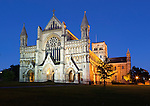 United Kingdom, England, Hertfordshire, St Albans: Cathedral and Abbey Church of Saint Alban (Britain's first Christian martyr) at night | Grossbritannien, England, Hertfordshire, St Albans: Kathedrale und Abtei von St Albans am Abend, offizieller Name der Kirche - The Cathedral Church of St Albans
