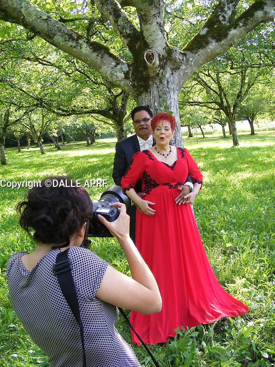 mariage de fabienne THIBAULT avec Christian Montagnac à castelnaud la chapelle le 22 août 2015, parc des Milandes ancienne propriété de Joséphine Baker <br /> <br /> sa fille Zoé  les prend en photo!<br /> <br /> pas de credit;--merci<br /> <br /> <br /> <br /> -----------<br /> ©  DANISKA/DALLE