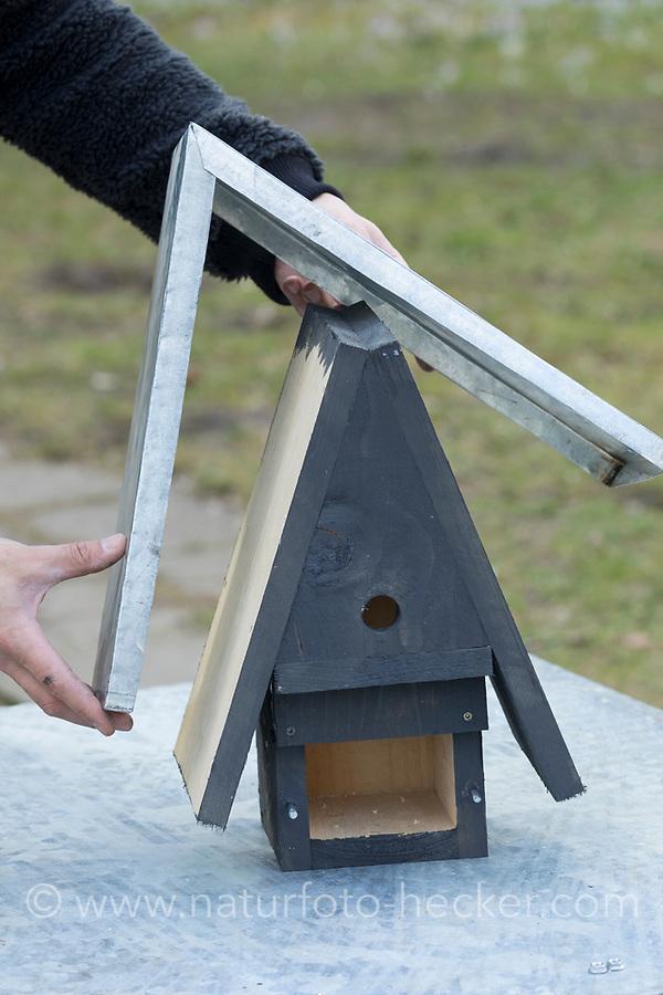 Selbstgebaute Holz-Nistkästen, Nistkasten für Vögel aus Holz, Vogelkasten, Meisenkasten selber bauen, selbst bauen, Basteln, Bastelei. Schritt 12: eine Metalldach aus Zinkblech wird aufgesetzt und mit den Stirnseiten der Dach-Holzplatten verschraubt