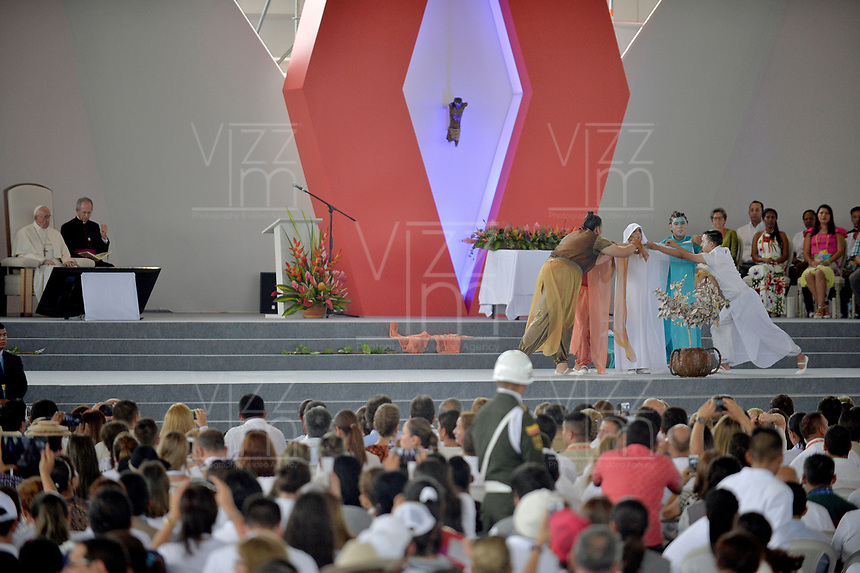 VILLAVICENCIO - COLOMBIA, 08-09-2017:  El Papa Fracisco durante la Oración por la Reconciliacón Nacional en el parque Las malocas de Villavicecio. Allí compartió con las víctimas del conflicto armado enColombia. El Papa Francisco realiza la visita apostólica a Colombia entre el 6 y el 11 de septiembre de 2017 llevando su mensaje de paz y reconciliación por 4 ciudades: Bogotá, Villavicencio, Medellín y Cartagena. /  Pope Francis during Prayer for the National Reconciliation at Las Malikas park in Villavicencio. There he shares with the victims of the war in Colombia Pope Francisco made the apostolic visit to Colombia between September 6 and 11, 2017, bringing his message of peace and reconciliation to 4 cities: Bogota, Villavicencio, Medellin and Cartagena Photo: VizzorImage / Cristian Alvarez / Cont