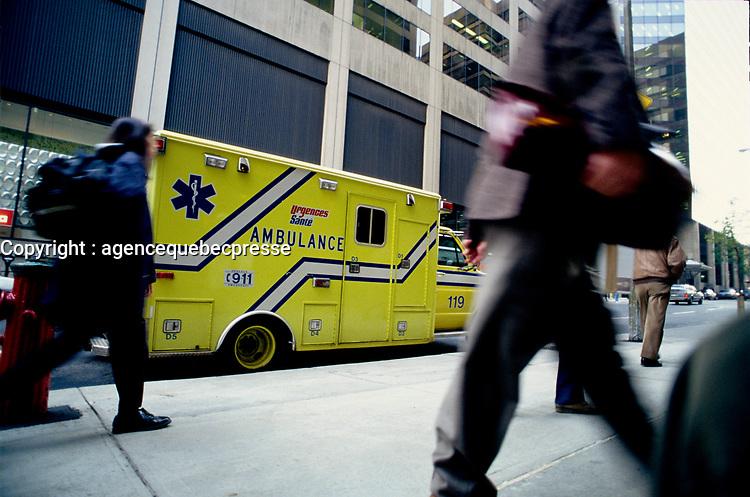 ambulance au centre-ville - archives vers 1987<br /> <br /> PHOTO : Pierre Roussel - Agence Quebec Presse