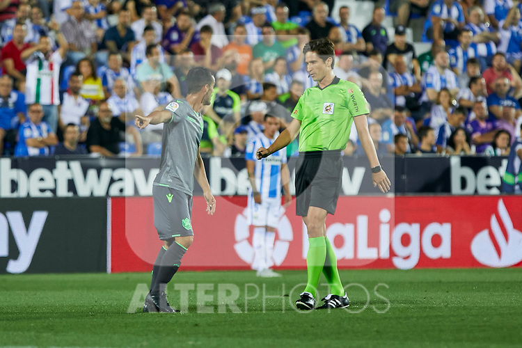 Real Sociedad's Juan Miguel Jimenez have words with the referee during La Liga match. August 24, 2018. (ALTERPHOTOS/A. Perez Meca)
