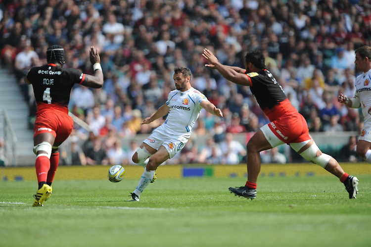 Phil Dollman of Exeter Chiefs finds a gap between Maro Itoje and Brad Barritt of Saracens during the Aviva Premiership Rugby Final between Saracens and Exeter Chiefs at Twickenham Stadium on Saturday 28th May 2016 (Photo: Rob Munro/Stewart Communications)
