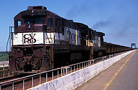 Trem da Cia Vale do Rio Doce atravessa a ponte rodoferroviária sobre o rio Tocantins.<br /> Marabá, Pará, Brasil<br /> 1999