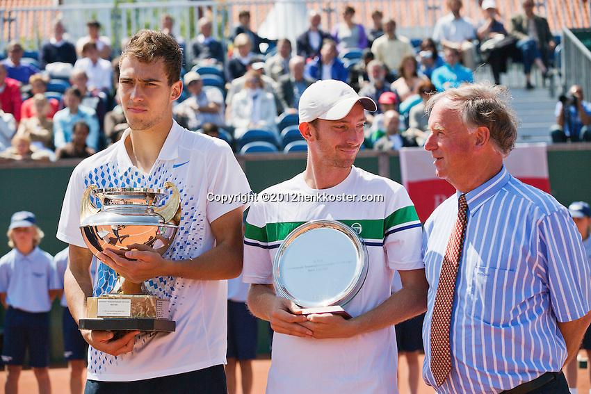 15-07-12, Netherlands,Tennis, ITS, HealthCity Open, Scheveningen, Final  Matwe Middelkoop, runner up and winner  Jerzy Janowicz (L) right tournament director Ivo Pols .