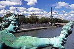Frankreich, Paris: Skulptur auf der Bruecke Pont Alexandre III, die Seine und der Eiffelturm | France, Paris: sculpture at bridge Pont Alexandre III, river Seine and Eiffel Tower