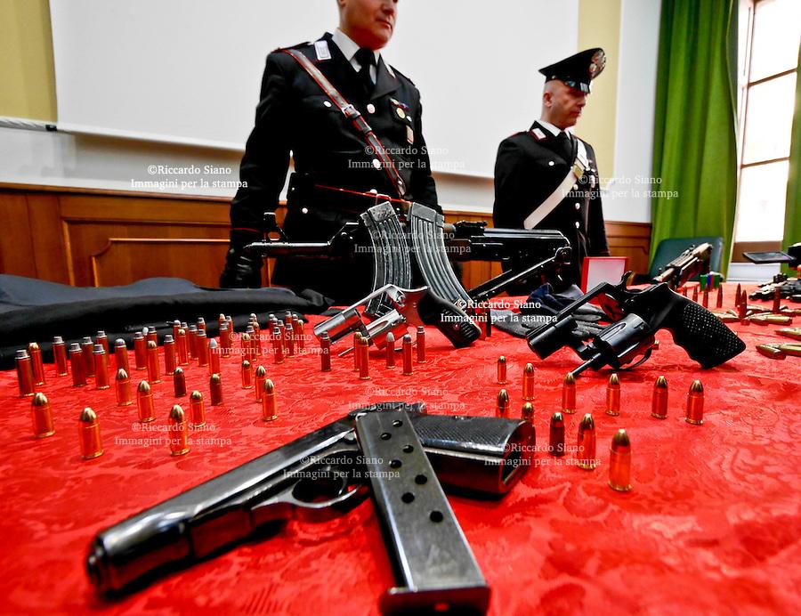 """- NAPOLI  1 FEB    2014 -  blitz dei carabinieri contro clan """"grimaldi"""". durante esecuzione fermi disposti da dda sequestrato  arsenale e catturato un latitante. nella foto"""