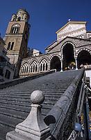 Europe/Italie/Côte Amalfitaine/Campagnie/Amalfi : Le Duomo di Sant'Andrea (dont la structure date du XVIII° et la façde du XIX°) et son escalier monumental