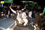 """Dès 20h, les premiers résultats sont communiqués et à Rawalpindi, le succès du PML-N de Nawaz Sharif est total, raflant la totalité des sièges. Ivres de joie, ses partisans envahissent les rues pour célébrer la victoire du """"tigre"""" (symbole du parti, à gauche).  ..Dans l'ensemble du pays, le parti de Musharaf, le PML-Q, est largement défait par les 2 partis d'opposition, PPP et PML-N, qui parviendront à un accord dans les jours suivants pour gouverner ensemble."""