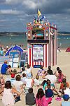 Great Britain, England, Dorset, Weymouth: Children watching Punch and Judy show on beach | Grossbritannien, England, Dorset, Weymouth: Kasperletheater am Strand, nicht nur fuer die Kleinen