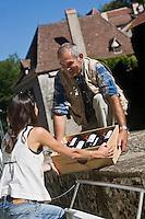 Europe/France/Midi-Pyrénées/46/Lot/Saint-Cirq-Lapopie: Navigation fluviale sur la vallée du Lot  Auto N°: 2008-217  Auto N°: 2008-219<br /> Achat du vin de Cahors à la propriété - Les Plus Beaux Villages de France