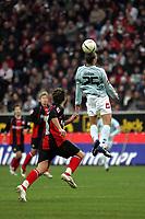 Kopfball von Mohamed Zidan (FSV Mainz 05) gegen Albert Streit (Eintracht Frankfurt)