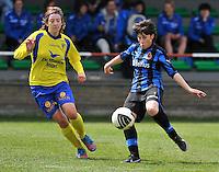 Club Brugge Dames - STVV Sint Truidense VV : Ingrid De Rycke aan de bal voor Annelies Menten (l).foto DAVID CATRY / Nikonpro.be