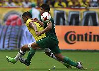 BARRANQUILLA – COLOMBIA - 23 – 03 -2017: Luis F. Muriel (Izq.) jugador de Colombia disputa el balón con Juan Aponte (Der.) jugador de Bolivia, durante partido entre los seleccionados de Colombia y Bolivia, de la fecha 13 válido por la clasificación a la Copa Mundo FIFA Rusia 2018, jugado en el estadio Metropolitano Roberto Melendez en Barranquilla. /  Luis F. Muriel (L) player of Colombia vies the ball with Juan Aponte (R) player of Bolivia, during match between the teams of Colombia and Bolivia, of the date 13 valid for the Qualifier to the FIFA World Cup Russia 2018, played at Metropolitan stadium Roberto Melendez in Barranquilla. Photo: VizzorImage / Luis Ramirez / Staff.