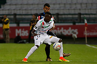 MANIZALES - COLOMBIA, 26-08-2017: Hansel Zapata (Der) de Once Caldas disputa el balón con un (Izq) jugador de Atlético Junior por la fecha 10 de Liga Águila II 2017 jugado en el estadio Palogrande de la ciudad de Manizales. / Hansel Zapata (R) player of Once Caldas fights for the ball with a (L) player of Atletico Junior during match for the date 10 of the Aguila League II 2017 played at Palogrande stadium in Manizales city. Photo: VizzorImage / Santiago Osorio / Cont