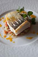 Europe/France/Bretagne/56/Morbihan/Séné:  Pavé de bar de ligne rôti, tartare de légume sauce vierge, recette d'  Emmanuel  Monnier du restaurant le Puits des Saveurs
