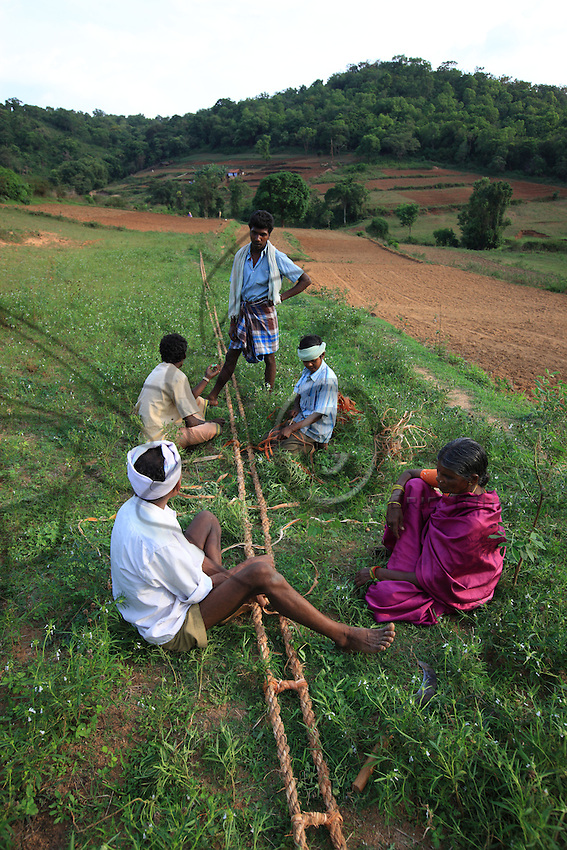 Thaladassadatti village, the rope is swept out in a nearby field for the final stage of confection, making the crossties. It's a family work and there is obvious harmony between Then Mari and his wife, a couple shinning with love and mutual respect, even if the guru's wife walks five meters behind him in the village's only street.