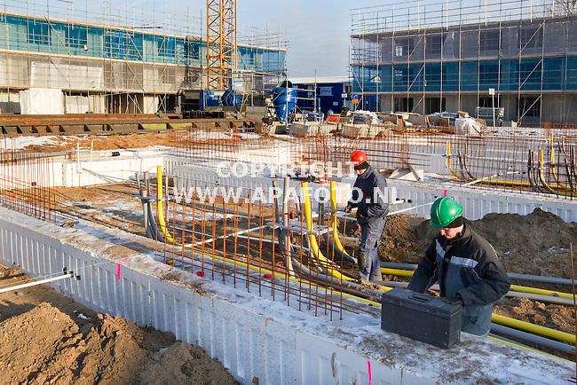 Nijmegen 061110 medewerkers van Giesbers bouw uit Wijchen bezig met installatiewerkzaamheden bij de bouw van eengezinswoningen <br /> <br /> Foto Frans Ypma APA-foto