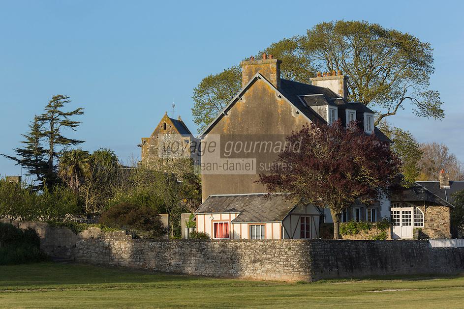 Europe/France/Normandie/Basse-Normandie/50/Manche/Genêts: Le village vue depuis les prés salés - Les maisons du village sont protégées des flots par un mur digue // France, Manche, Genets: