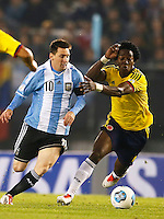 BUENOS AIRES - ARGENTINA - 07-06-2013: Lionel Messi (Izq.) jugador de Argentina disputa el balón con Carlos Sanchez (Der.) de Colombia, durante partido en estadio Monumental Antonio Vespucio Liberti, Buenos Aires Argentina, junio 7 de 2013. Argentina y Colombia disputan partido por la clasificación a la Copa Mundo FIFA Brasil 2014 (Foto: Photogamma / Javier Garcia Martino/ Vizzorimage). Lionel Messi (L) Argentina player fights for the ball with con Carlos Sanchez (R) of Colombia, during game at Antonio Vespucio Liberti Monumental Stadium, Buenos Aires, Argentina, June 7, 2013. Argentina and Colombia dispute the qualifier match for the 2014 FIFA World Cup Brazil. (Photo: Photogamma Javier Garcia Martino/ Vizzorimage)