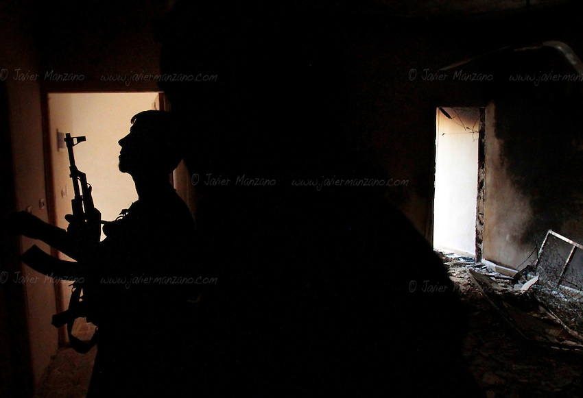 Free Syria Army soldiers move into position to attack a building housing several Assad forces during urban fighting in the al-Amirya district of Aleppo...© Javier Manzano.