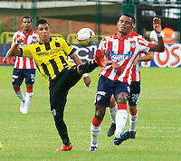 FLORIDABLANCA - COLOMBIA 05 -04-2015: Alex Castro (Izq.) jugador de Alianza Petrolera disputa el balón con William Tesillo (Der.) jugador de Atletico Junior, durante partido entre Alianza Petrolera y Atletico Junior, por la fecha 13 de la Liga Aguila I-2015, jugado en el estadio Alvaro Gomez Hurtado de la ciudad de Floridablanca. / Alex Castro (L) player of Alianza Petrolera vies for the ball with William Tesillo (R) player of Atletico Junior, during a match between Alianza Petrolera and Atletico Junior, for the date 13 of the Liga Aguila I-2015 at the Alvaro Gomez Hurtado Stadium in Floridablanca city, Photo: VizzorImage  / Duncan Bustamante / Str.