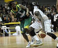 BOGOTA - COLOMBIA: 10-05-2013: Fahnbulleh (Der.) de Piratas de Bogotá, disputa el balón con Newusome (Izq.) de Bambuqueros de Neiva mayo  10 de 2013. Piratas de Bogota y Bambuqueros de Neiva disputaron partido de la fecha 13 de la fase II de la Liga Directv Profesional de baloncesto en partido jugado en el Coliseo El Salitre. (Foto: VizzorImage / Luis Ramirez / Staff). Fahnbulleh (R) of Pirates from Bogota disputes the ball with Newusome (L) of Bambuqueos from Neiva, May 10, 2013. Piratas from Bogota and Bambuqueros from Neiva disputed a match for the 13 date of the Fase II of the League of Professional Directv basketball game at the Coliseo El Salitre. (Photo. VizzorImage / Luis Ramirez / Staff)