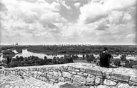 Belgrado, un giovane contempla il paesaggio dalla fortezza nel Parco Kalemegdan verso la confluenza del fiume Sava nel Danubio --- Belgrade, a youngster contemplating the view from the fortress in Kalemegdan Park towards the confluence of the Sava river into the Danube
