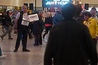 """BUENOS AIRES, ARGENTINA, 22 AGOSTO 2012 - ATO ACIDENTE DE TREM - <br /> Seis meses após o acidente de trem que deixou 51 mortos e mais de 700 feridos, parentes da vítima, amigos e voluntários tirar fotos de transeuntes segurando um cartaz pedindo justiça, como parte da campanha permanente """"50.0000 faces pedindo justica. Na estacao Once em Buenos Aires, capital da Argentina, nesta quarta-feira. 22. (FOTO: PATRICIO MURPHY / BRAZIL PHOTO PRESS)."""