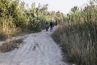 Migranti camminano nei campi verso il Nord della Serbia , trasportando acqua   Migrants are walking in the fields to the North of Serbia