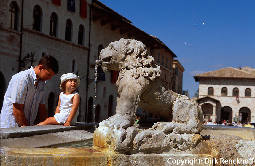 Italien, Umbrien, Brunnen auf der Piazza dei Comune in Assisi