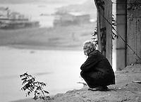 Am Yangtze-Fluss in der Provinz Hubei / China<br /> Die chinesische Regierung plant in der Provinz Hubei den Yangtze-Fluss mit einem Staudamm zur Stromgewinnung aufzustauen. Dabei werden ca. 3 Millionen Menschen umgesiedelt.<br /> Hier: Ein alter Mann blickt auf dem Flauss. Sein Ort Zigui wird vom Staudamm ueberspuelt werden und mehrere tausend Menschen verlieren ihre Heimat.<br /> 1992, Zigui, Provinz Hubei / China<br /> Copyright: Christian-Ditsch.de<br /> [Inhaltsveraendernde Manipulation des Fotos nur nach ausdruecklicher Genehmigung des Fotografen. Vereinbarungen ueber Abtretung von Persoenlichkeitsrechten/Model Release der abgebildeten Person/Personen liegen nicht vor. NO MODEL RELEASE! Nur fuer Redaktionelle Zwecke. Don't publish without copyright Christian-Ditsch.de, Veroeffentlichung nur mit Fotografennennung, sowie gegen Honorar, MwSt. und Beleg. Konto: I N G - D i B a, IBAN DE58500105175400192269, BIC INGDDEFFXXX, Kontakt: post@christian-ditsch.de<br /> Urhebervermerk wird gemaess Paragraph 13 UHG verlangt.]