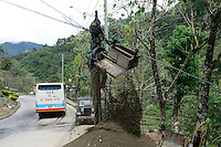 PHILIPPINEN, Mountain Province, Cordilleras, Bontoc, village Sabangan, sand mining in river, jeep is used as winch for the cable railway / PHILIPPINEN, Mountain Province, Cordilleras, Bontoc, Dorf Sabangan, Abbau von Bausand aus dem Flussbett, Transport per Seilbahn die durch einen Jeep über die Radachse betrieben wird
