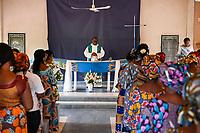 NIGER, Niamey, catholic church, women in mass, altar in shape of boat / katholische Kirche, heilige Messe, Altar in Form einer Pinasse Piroge, die Holzboote auf dem Fluß Niger