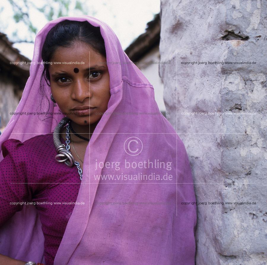 INDIA Dhar, Adivasi woman in village / INDIEN Madhya Pradesh, Adivasi Frau, die indischen Ureinwohner, in einem Dorf in der Region Dhar
