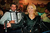 Buzescu / Romania 2007.Buzescu, il villaggio dei Rom ricchi, commercianti d'oro, padroni di case ed auto lussuose. Nella fotografia una banda di suonatori tzigani (Clejani Orchestra) rallegra una festa di matrimonio..Foto Livio Senigalliesi...Buzescu / Romania 2007.Buzescu, the village of the richest Roma, gold traders, owners of houses and luxury cars. In the photograph a band of gypsy musicians playing at a wedding party..Photo Livio Senigalliesi.