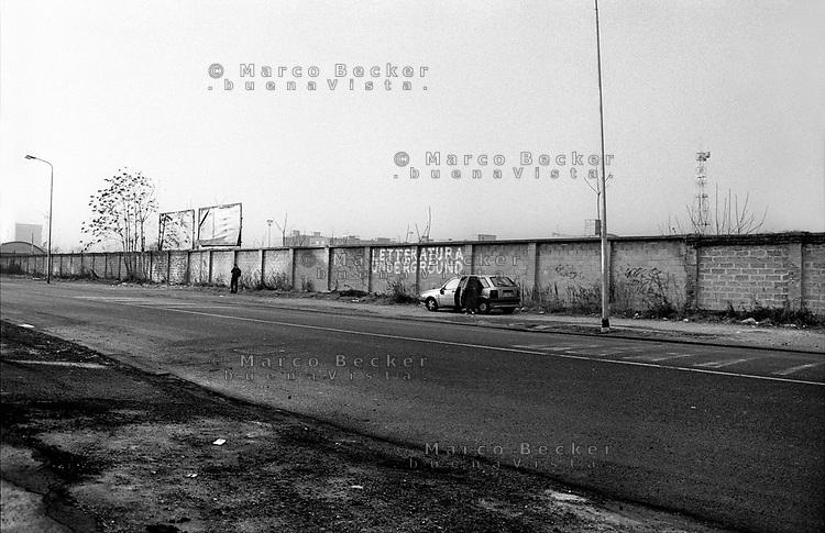 """Milano, periferia sud. Scritta """"letteratura underground"""" sul muro dell'ex scalo merci ferroviario di porta romana --- Milan, south periphery. """"Underground literature"""" written on the wall along former freight railway yard of Milan Romana Gate"""